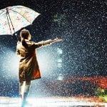 雨の日に傘をさす女性